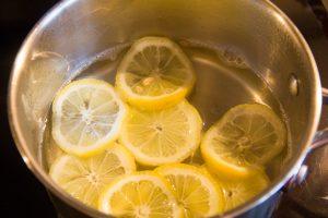 Pochez les tranches de citron dans le sirop