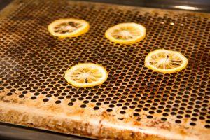Lorsque les rondelles d'agrumes sont confites, égouttez les sur grille et laisser sécher au four