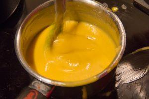 Quand la sauce devient crémeuse ajoutez progressivement et hors feu le beurre coupé en petit morceaux