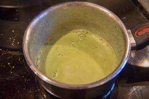 Ajoutez le thé matcha au lait chaud