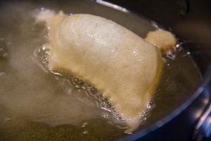 Plongez vos losanges de pâte dans l'huile