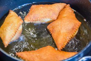 Quand les beignets sont bien dorés, sortez-les du bain de friture