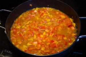 Ajoutez alors les dés de tomate et 2 dl de fond de volaille