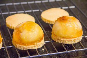 Déposez les dômes de pommes par dessus les sablés