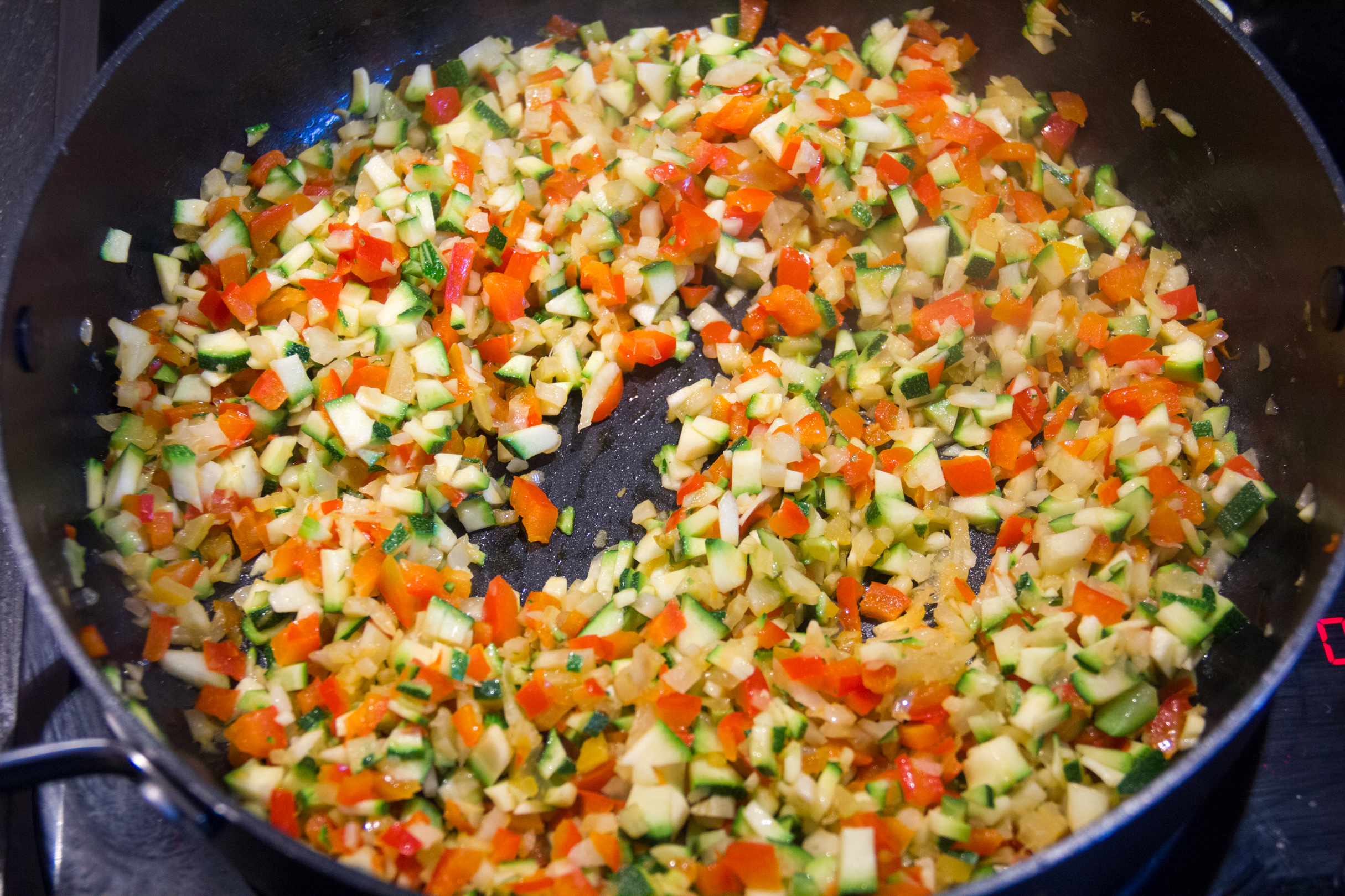 Puis ajoutez les poivrons et les dés de courgette