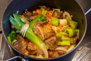 Ajoutez le bouquet garni, la carotte et l'oignon coupés en morceaux