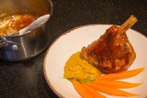 Laquez la souris avec la sauce réalisée avec le jus de cuisson réduit.