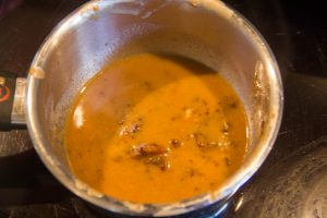 Ajoutez une cuillerée à soupe de cognac au jus de cuisson de la viande et faites cuire doucement quelques minutes de manière à faire évaporer l'alcool
