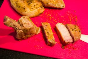 Coupez chaque côte de porc en quatre morceaux de la manière suivante