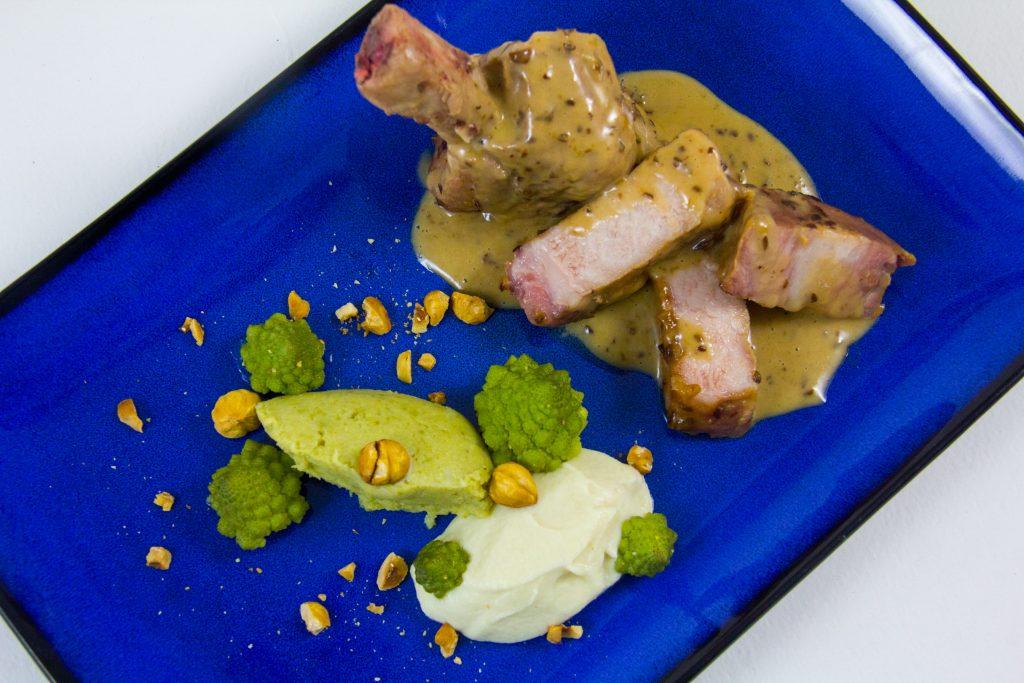 Côtes de porc Ibérico basse température, sauce pruneaux et déclinaison de choux aux noisettes