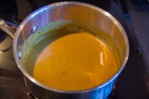 Réservez le jus rendu dans une petite casserole et ajoutez-y le reste de marinade