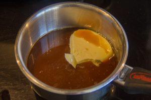 Faites chauffer le sirop en rajoutant 40 g de beurre
