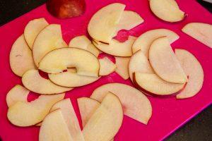 Coupez les pommes finement à l'aide de la mandoline
