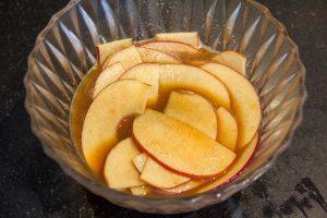 Trempez les tranches fines de pomme dans le sirop chaud