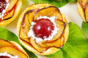 Tartelette «Fleur de pommier» au cœur rhubarbe et framboise