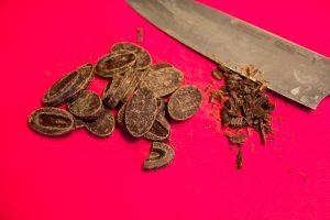 A l'aide d'un couteau coupez le chocolat en petits morceaux