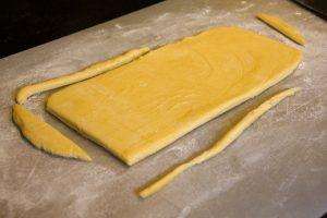 Etalez la pâte à brioche au rouleau en forme de rectangle