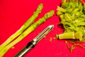 Pelez les asperges vertes