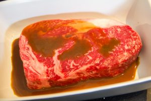 Plongez la viande dans la marinade