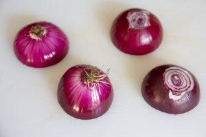 Pelez les oignons rouges et coupez les en deux