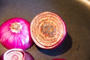 Laissez les oignons rouges bien colorer
