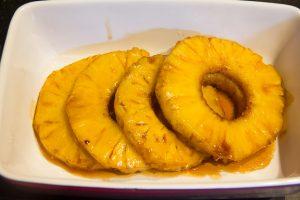 Réservez les tranches d'ananas
