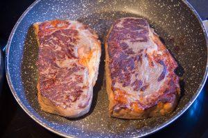 Poêlez la viande sur ses deux côtés rapidement