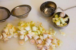 Coupez également les tiges de coriandre en morceaux et placez-les dans des petits paniers à thé