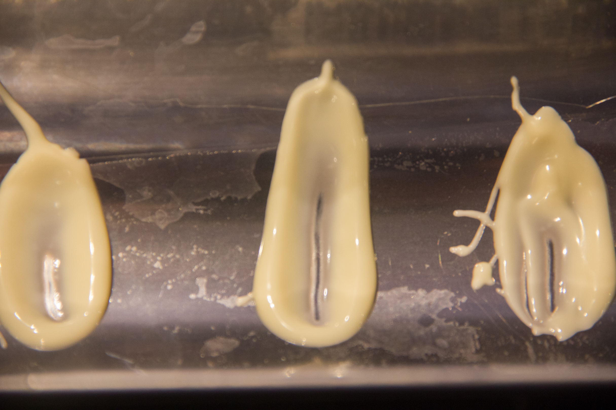 Puis en utilisant le côté arrondi d'une petite cuillère étirez le point de chocolat vers le haut