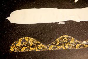 Versez un peu de chocolat sur la feuille décor et lissez avec une spatule