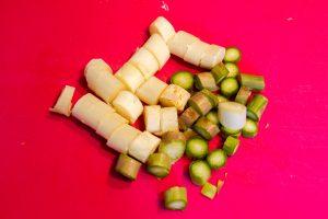 Coupez les tiges des asperges en tronçons