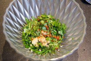 Mélangez les herbes hachées, l'ail , le piment avec de l'huile de sésame