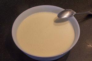 Versez les jaunes et sucre blanchis sur le mélange encore chaud d'asperge et bien mélanger
