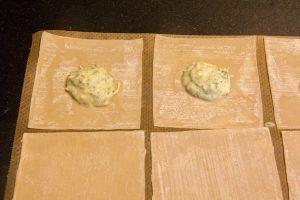 Disposez les carrés de pâte sur votre plan de travail