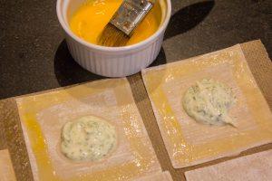 Badigeonnez le pourtour des ravioles avec l'œuf battu