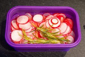 Versez le sirop de vinaigre sur les radis