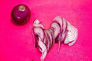 Coupez également les oignons rouges en fines lamelles