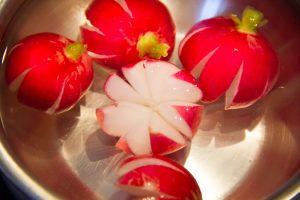 Coupez les quatre derniers radis en étoile et plongez-les dans une coupelle d'eau