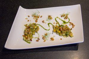 Faites une arabesque avec l'huile de basilic et déposez deux cuillerées de courgettes au fenouil