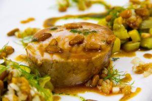 Rôti de veau basse température, croquant de fenouil aux pignons et ses courgettes