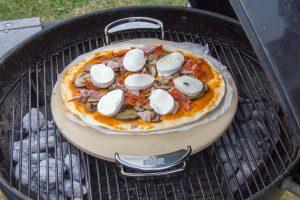 Déposez la pizza sur la pierre à pizza