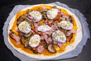 Puis disposez tous les éléments de la garniture sur la pizza