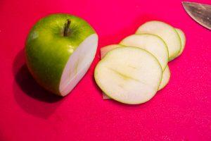 Coupez la pomme en fines tranches