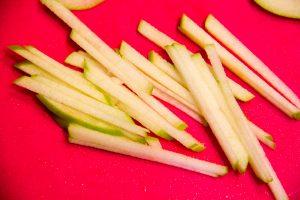 Détaillez les tranches de pomme en julienne