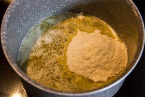 Faites fondre 50 g de beurre dans une casserole