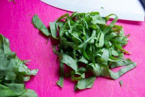 Ôtez la tige centrale des feuilles d'oseille