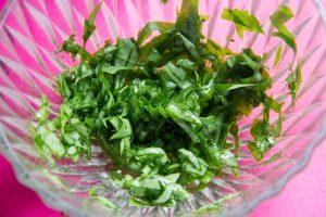 Mélangez le restant des feuilles d'oseille coupées en chiffonnade avec l'huile d'olive et le vinaigre