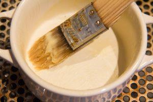 Beurrez les moules à soufflés à l'aide d'un pinceau