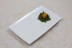Dressez la chiffonnade d'oseille et une fleur de saumon fumé sur l'assiette