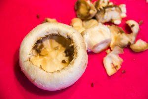 A l'aide d'une petite cuillère ou mieux d'un évideur de fruits et légumes creusez les champignons